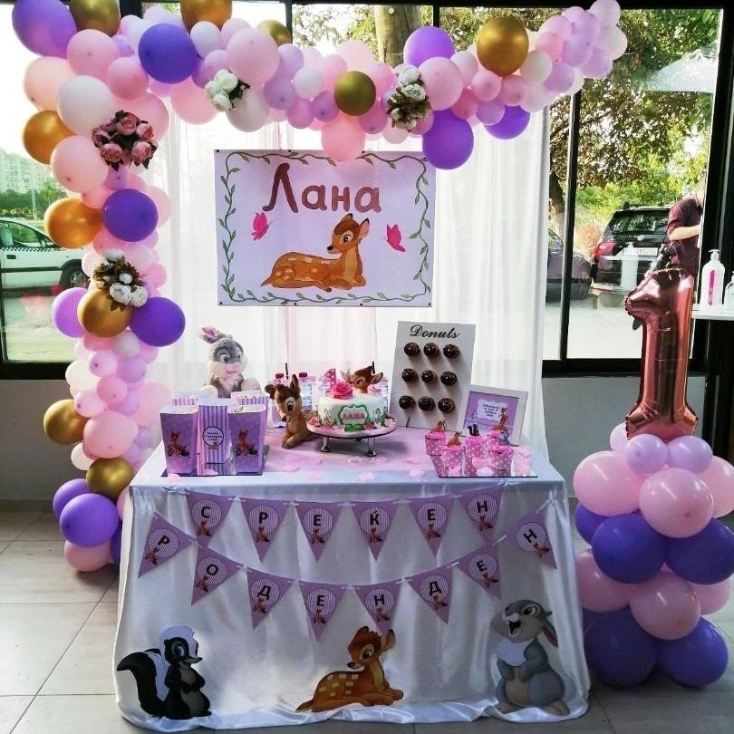 Декорација со балони и слатка маса со тема Бамби за роденден