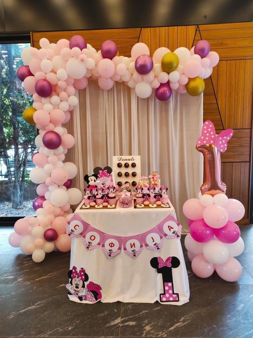 Слатка маса со Minnie Mouse и декорација со балони за роденден