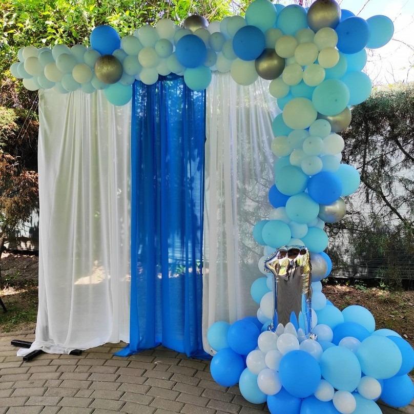 Декорација со сини балони за прв роденден