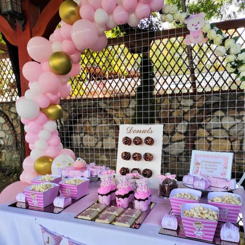 Декорација со балони и слатка маса за крштевка
